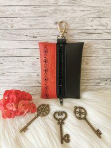 Piros-fekete hímzett kulcstartó
