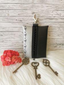 Ezüst-fekete hímzett kulcstartó
