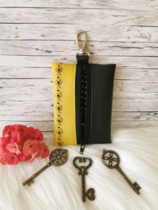 Sárga-fekete hímzett mintás kulcstartó