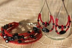 Vörös-fekete szett Karkötő: 4.500 Ft, Fülbevaló 1.500 Ft, Szettben: 5.000 Ft