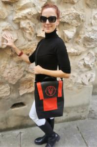 Vörös-fekete rolleres táska