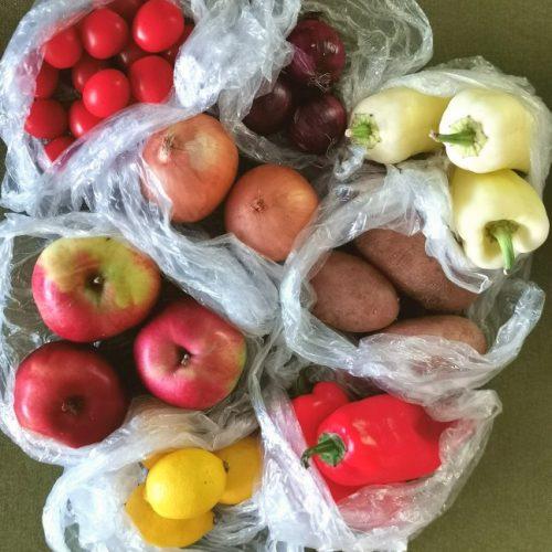 Zöldségek és gyümölcsök nejlon zacskókban